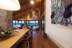 Uma casa na montanha. Veja: https://casadevalentina.com.br/projetos/detalhes/casa-da-montanha-534 #details #interior #design #decoracao #detalhes #decor #home #casa #design #idea #ideia #charm #charme #casadevalentina #diningroom #saladejantar