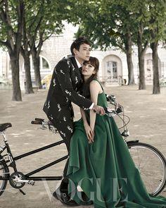 강동원은 핀스트라이프 패턴에 꽃무늬를 더한 세련된 수트를 입었고, 송혜교는 보드라운 울 소재의 초록빛 롱 드레스로 우아한 파리지엔을 연기했다.
