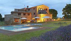Mas Terrats os lleva a un espacio privilegiado de la provincia de Girona en el que podréis disfrutar de un enlace en un entorno natural, con preciosas vistas de la puesta de sol o del cielo azulado del lugar. En esta masía seréis los protagonistas,