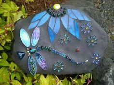 Dragonfly Mosaics Carol Deutsch I have always wanted to mosaic and love dragon flies! Mosaic Crafts, Mosaic Projects, Mosaic Art, Mosaic Glass, Glass Art, Stained Glass, Rock Crafts, Arts And Crafts, Mosaic Rocks
