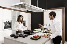Dzięki wyspie kuchennej w gotowanie może zaangażować się większa liczba osób. A wtedy przyrządzenie posiłku może zamienić się w główny punkt spotkań z przyjaciółmi.