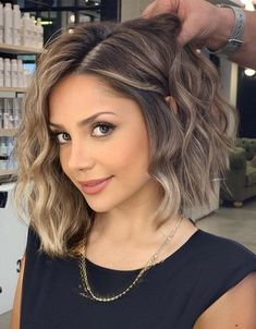 Romantic look of Medium Blonde Hair to wear Now Short Brown Hair, Brown Blonde Hair, Medium Blonde, Golden Brown Hair, Honey Blonde Hair, Medium Short Hair, Medium Brown, Lob Hairstyle, Cool Hairstyles