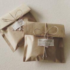 温かい贈り物   ハンドメイドマーケット minne Wrapping Ideas, Creative Gift Wrapping, Creative Gifts, Candle Packaging, Soap Packaging, Packaging Design, Packaging Ideas, Pretty Packaging, Clothing Packaging