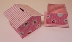 Une maison-tirelire toute pimpante ... - Cartonnage et compagnie !!! Denim Crafts, Diy Box, Usb Flash Drive, Upcycle, Dresser, Decorative Boxes, Cartoons, Scrapbooking, Packaging