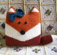Oh my cute - fox pillow by Ravelry user LavenderShoes. Pattern: Oliver Fox from LGC Knitting & Crochet issue 52