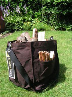 De Zeno bag houttas wordt vervaardigd van 500 grs. canvas en is afgewerkt met zwart webband aan de binnenzijde. Het hengsel is gemaakt van webband en voorzien van 2 karabijn haken. Het hengsel kan aangehaakt worden zodat er buiten hout gehaald kan worden waarbij beiden handen vrijgehouden kunnen worden. Aan de zijkant zit een vakje voor de aansteker of lucifers. Verkrijgbaar in bruin en zwart.