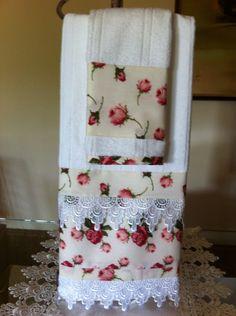 Jogo toalha lavabo e rosto com aplicação de renda. Creative Crafts, Fun Crafts, Diy And Crafts, Bathroom Towels, Kitchen Towels, Crochet Towel, Towel Crafts, Decorative Towels, Sewing Table