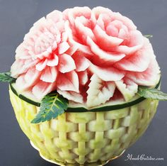 Myslíme si, že by sa vám mohli páčiť tieto piny - Watermelon Basket, Watermelon Art, Vegetable Decoration, Food Decoration, Watermelon Carving Easy, Creative Food Art, Fruit And Vegetable Carving, Food Artists, Food Carving