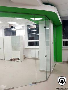 Pereți de sticlă. Folosiți pentru delimitarea spațiului interior. #util #comod #glass #walls #office #interiordecor #officedecor #saintgobainglass #glassdesign #glasswalls Saint Gobain Glass, Glass Walls, Offices, Lockers, Locker Storage, Cabinet, Interior, Modern, Furniture