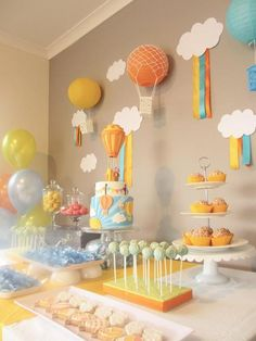 Hot Air Baloon Party for a baby shower theme Idee Baby Shower, Dr Seuss Baby Shower, Boy Baby Shower Themes, Baby Shower Balloons, Birthday Balloons, Baby Shower Parties, Baby Boy Shower, Cloud Baby Shower Theme, Baby Shower Deco