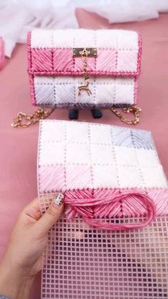 Crochet Bag Tutorials, Crochet Videos, Crochet Crafts, Knitting Tutorials, Diy Handbag, Diy Purse, Handbag Tutorial, Crochet Handbags, Crochet Purses