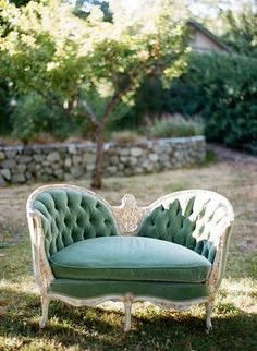 VINTAGE SETTEE - So pretty photography inspiration just looking at it. Would make for some great portrait photos. Vintage Settee, Interior And Exterior, Interior Design, Design Design, Deco Retro, Take A Seat, Home And Deco, Decoration, Antique Furniture