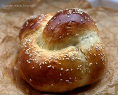 Challah si o chifla impletita ca test Challah, Bagel, Bread, Food, Home, Fine Dining, Brot, Essen, Baking