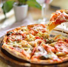 Pizza (Tortilla) mit Tomaten, Zwiebeln, Mozzarella und Muscheln