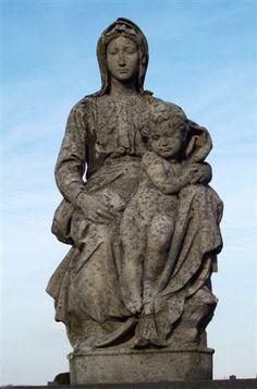 Wie het oude kerkhof van Tienen (Aarschotsesteenweg) bezocht heeft, heeft ongetwijfeld dit beeld reeds zien staan. Het is een kopie van een Mariabeeld ...