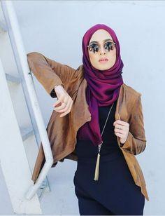 Fuchsia hijab and asymmetrical leather jacket - check out: Esma Hajib Fashion, Fashion Bella, Street Hijab Fashion, Abaya Fashion, Modest Fashion, Casual Hijab Outfit, Hijab Chic, Islamic Fashion, Muslim Fashion