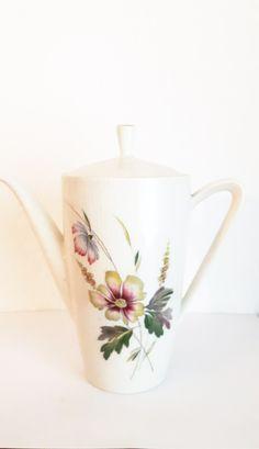 Wunderschöne, nostalgische, kleine Kaffeekanne, Höhe ca.15 cm sehr gut erhalten, mit Blumendekor. Für zwei Personen ein wunderschöne Kanne, die den Kaffeetisch strahlen lässt. Best.Nr. RGE1007