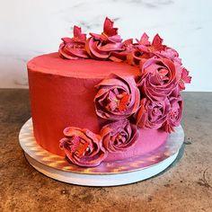 """Mine matminner🌸God mat🌸Kaker on Instagram: """"Kake til dagens konfirmant. Lys sjokoladekake med sjokolademousse og biter av fudge. Dekket med vanilje- og bringebærsmørkrem pyntet med…"""" Cake, Desserts, Food, Cake Ideas, Food Food, Tailgate Desserts, Deserts, Kuchen, Essen"""