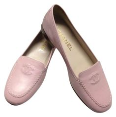 Tendance Chaussures 2018 Description Brand New CHANEL pink loafers. Hard to find rare CHANEL CC logo Pink loafers. Thank you for looking and happy shopping! Pretty Shoes, Cute Shoes, Me Too Shoes, Chanel Flats, Chanel Pink, High Heel Boots, Shoe Boots, High Heels, Custom Made Shoes