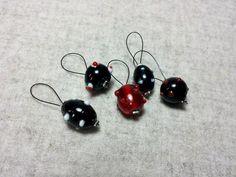 5 Maschenmarkierer schwarz rot Glasperlen lampwork von frostpfoetchen auf DaWanda.com
