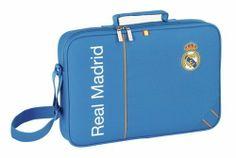 Esta colección de papelería escolar del Real Madrid está basada en la segunda equipación oficial del club blanco para la temporada 2013/2014. El color de fondo de esta nueva línea de material para el cole es el azul. También se utiliza el naranja en los pequeños detalles de la colección, creando un agradable contraste a la vista. Dimensiones: 17 cm x 21 cm x 6 cm.