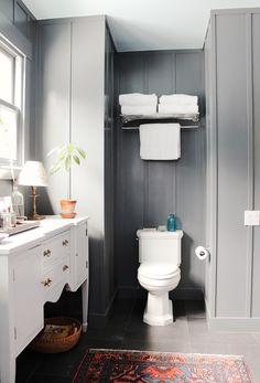 Trend alert: persian rugs in the bathroom toilets 욕실 и 집 Laundry In Bathroom, Bathroom Rugs, Master Bathroom, Downstairs Bathroom, Bathroom Stuff, Bathroom Small, White Bathroom, Grey Bathrooms, Beautiful Bathrooms