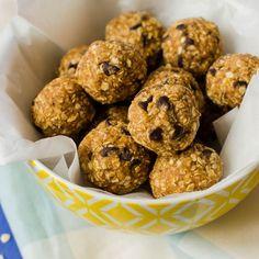 Energy Balls Dates Carrot Cupcake Recipe, Raw Food Recipes, Healthy Recipes, Healthy Food, Eat For Energy, Vegan Granola, Cake Mix Muffins, Chocolate Chip Cookie Cake, Cookies Et Biscuits