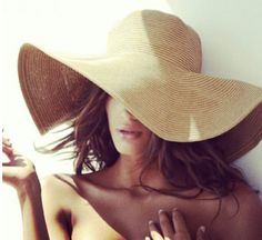 wide brimmed sun hat to protect from the harsh Australian rays <3