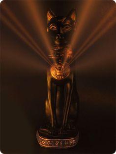 Bastet : diosa de la mitología egipcia cuya misión era proteger el hogar. Deidad de la armonía y la felicidad. Personificación de la calidez del Sol y sus poderes benéficos.