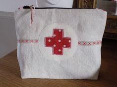 Trousse à pharmacie vintage en toile métis ancienne, lin et croix rouge : Trousses par rouge-lin-et-bois