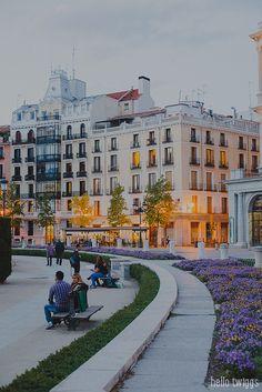 Una tranquila charla en la Plaza de Oriente, Madrid