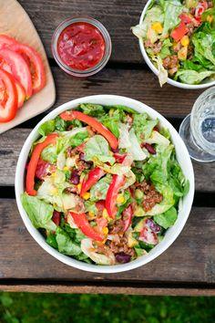 Pikanter, Mexikanischer Salat mit Hackfleisch, Kidneybohnen, Mais und Salsa - Low Carb Rezept