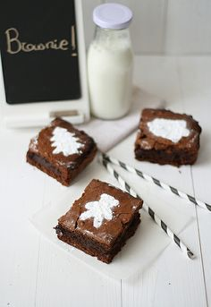 ~brownie design toppers ...(use any cookie cutter, sprinkle interior with powdered sugar)...by SandeeA Cocina, via Flickr~