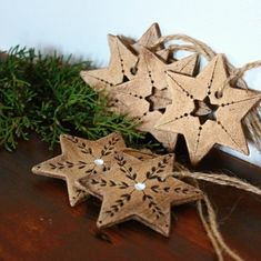 Burnt deco on wooden stars Christmas Clay, Christmas Projects, Winter Christmas, Christmas Ornaments, Paper Clay, Clay Art, Ceramic Christmas Decorations, Pottery Handbuilding, White Ornaments