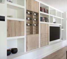 Wandkast op maat met eiken deuren en laden. Goede verdeling van vakken. Mag minder luxe. Tv achter paneel? Gemaakt door SIJMEN Interieur!