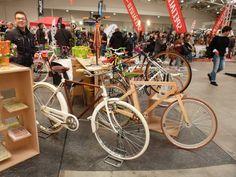 Una bicicletta R realizzata in acciaio, verniciata di colore bianco ed assemblata con componenti in acciaio cromato e finiture d'oro...