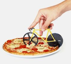 DOIY presents a handheld pizza cutter in the shape of a fixie, with its two wheels functioning as the blades. The Fixie Pizza Cutter comes in Watermelon (mint and pink) and Bumblebee (black and yellow). Cool Kitchen Gadgets, Cool Kitchens, Food Design, Design Art, Design Ideas, Objet Wtf, Pimp Your Bike, Design3000, Fixed Gear Bicycle