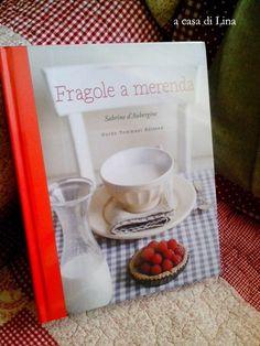 """""""Fragole a merenda"""" a casa di Lina, con tovaglietta a tono a fargli da sfondo (quasi mi stupisco delle coccole riservate a questo libro...)   #quifragoleamerenda"""