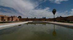 Le mellah dans le sud est de la médina, fut et demeure aujourd'hui encore dans une moindre mesure le quartier juif de Marrakech. Loin d'être un ghetto, le mellah regroupait certains corps de métiers qui au fil et à mesure de l'histoire de Marrakech, devinrent des spécialités de cette communauté (le métier de tisserand fut un exemple de ce phénomène). Il fut fondé en 1558 sous le règne de Moulay Abdellah à proximité du palais http://www.medina-de-marrakech.com/