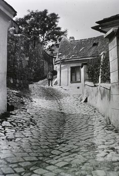 Budapest, 1912 Holdvilág Street (in Tabán district) Splash Photography, Vintage Photography, Old Pictures, Old Photos, Vintage Photos, History Photos, Budapest Hungary, Eastern Europe, Historical Photos