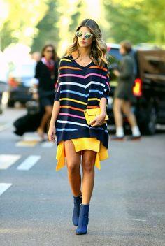 anna fasano, listras coloridas, cores, maxi tricot listrado, minissaia amarela com fendas, ankle boots azul, óculos espelhados, clutch amarela, street style