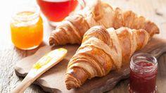 Já pensou ter croissants fresquinhos sempre em casa? Então confira a receita e veja como é simples fazer os deliciosos pãezinhos franceses na sua cozinha
