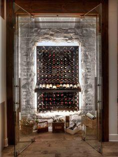 стеклянная закрытая винная пещера с каменной стеной