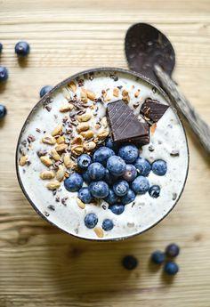 vanilla smoothie bowl with dark chocolate and fresh blueberries, (sugar/dairy/gluten-free).
