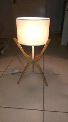 Lampe design DIY Instructions de bricolage zum selber… - Home Decor Woood Diy Luminaire, Diy Lampe, Wooden Lamp, Wooden Diy, Diy Design, Interior Design, Design Ideas, Hanger Crafts, Creative Lamps