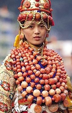 Tibet : ngawa woman dressed in her family treasures of coral,gold,silver and other jewelry.This lady probably wears of coral necklaces alone(rest of her jewelry worn on her back and below the waist). Beautiful World, Beautiful People, Folk Costume, Costumes, Coral And Gold, World Cultures, People Around The World, Traditional Dresses, First World