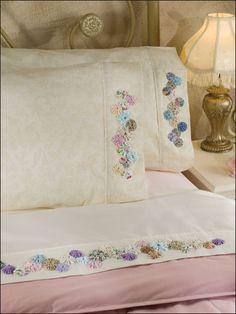 fuxico decorativo em roupa de cama