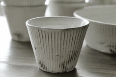 川口さんの作品の中でもとりわけ人気の高い粉引き鎬シリーズ。そば猪口と台形鉢が入荷しました。清潔感のある白。優しく繊細なしのぎ削り。食卓に華やかさと柔らかさ...