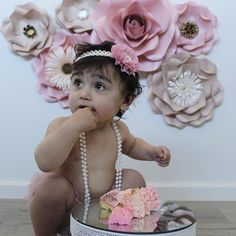 Thanks to our host in Berlin and his wi-fi 🙈 as I got so many photos from my customers today! And we have 2 more events to go tomorrow (1 day before my birthday 😉) What a gorgeous photo shoot for this little princess 🌸 Her mum @mariiijani just showed me her outfit (cute pants and this headband) and wanted flowers in matching colours ☺️