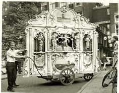 """Draaiorgel: de Klok - Amsterdam Ze stonden met een """"mansbakje"""" en daar mocht je dan een centje in doen."""